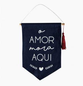 Flâmulas Tecido O Amor Mora Aqui | Wall Done