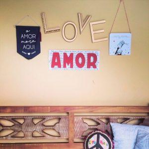 Flâmula Tecido O Amor Mora Aqui Ambientado 2 | Wall Done