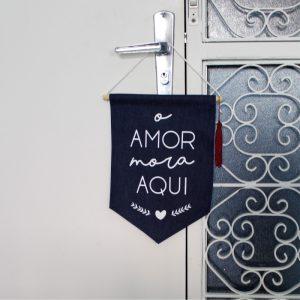 Flâmula Tecido O Amor Mora Aqui Ambientado | Wall Done
