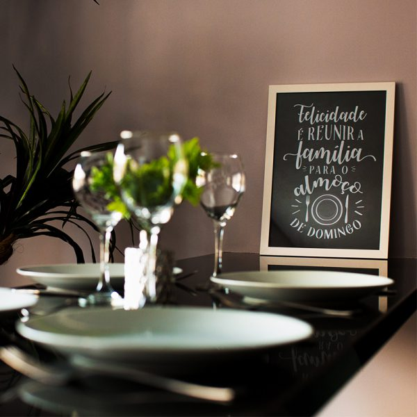 Quadro Almoço de Domingo Moldura Branca Ambientado | Wall Done