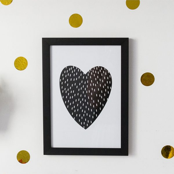 Quadro Coração Moldura Preta Ambientado | Wall Done