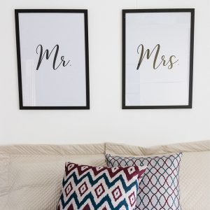 Quadros Quarto Casal Mr. e Mrs. Moldura Preta Ambientado | Wall Done